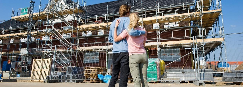 Jong stel voor nieuwbouw