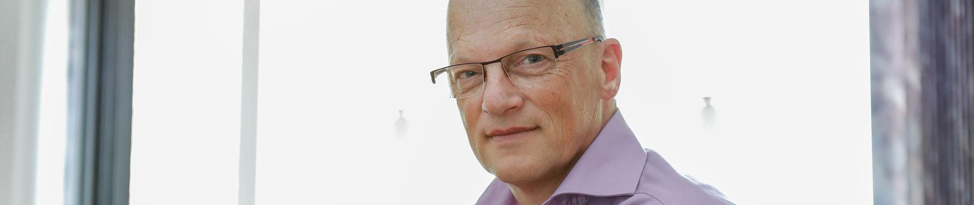 Piet Jan Wagenaar zit achter zijn bureau